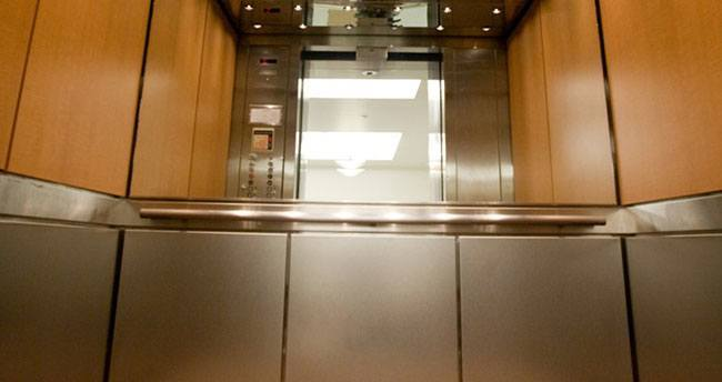 Asansörlerde neden ayna var?