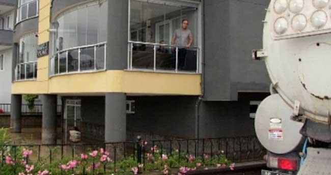 Bursa'da apartmanı su bastı, vatandaşlar 18 saattir kurtarılmayı bekliyor
