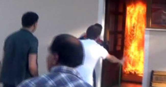 Camide üzerine benzin dökerek kendini yaktı