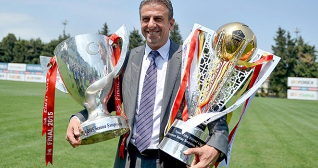 Hamzaoğlu kupalarla poz verdi