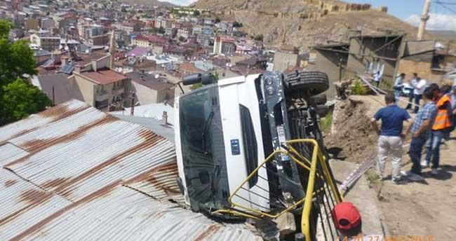 Kamyon evin çatısına devrildi