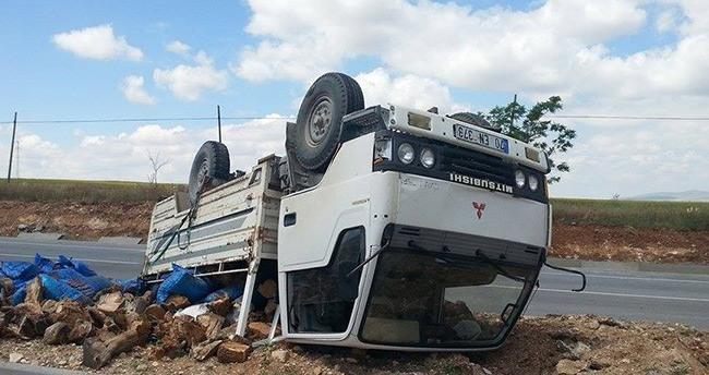 Karaman'da odun ve kömür yüklü kamyonet devrildi: 1 yaralı