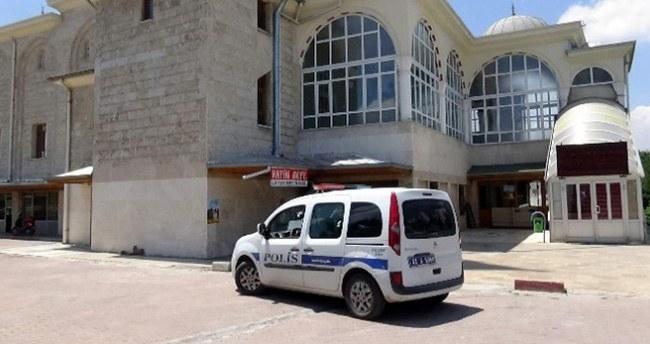 Konya'da Camiye Dadanan Suriyeli Hırsızlar Güvenlik Kamerasına Yakalandı