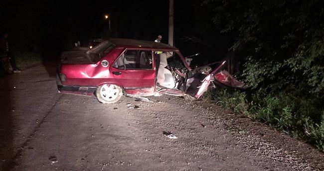 Konya'da otomobil aydınlatma direğine çarptı: 4 yaralı