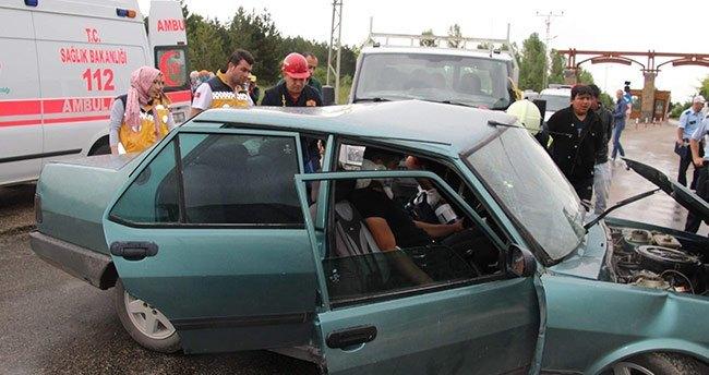Konya'da Otomobil İle Kamyonet Çarpıştı