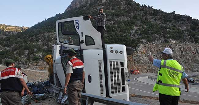 Konya'da sebze yüklü kamyon devrildi