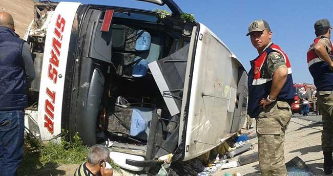 Sivas'ta yolcu otobüsü şarampole devrildi: 25 yaralı