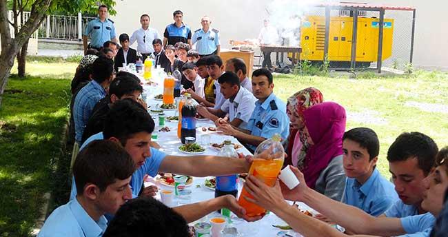 Yunak'ta polislerle öğrenciler etkinlikle bir araya geldi