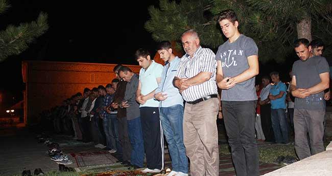 716 Yıllık Tarihi Eşrefoğlu Camisi'nde Kadir Gecesi Çoşkusu