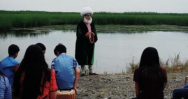 Göl kenarında Nasreddin Hoca ile kitap okudular