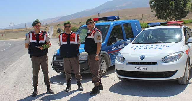 Jandarma trafik ekipleri, sürücüleri gül vererek uyardı