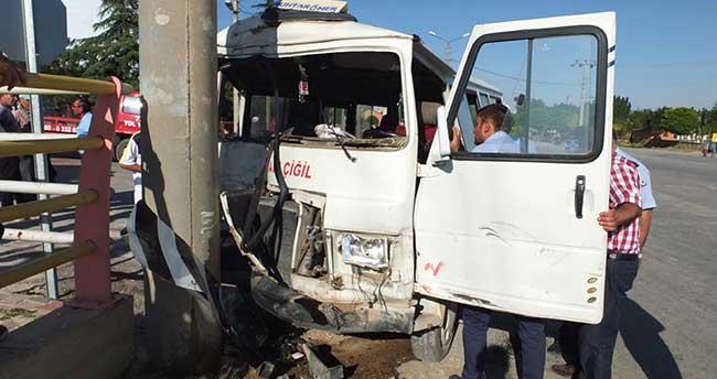 Tarım işçilerini taşıyan minibüs direğe çarptı: 17 yaralı