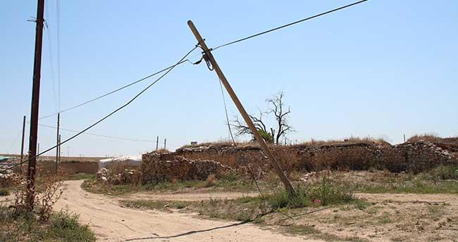 Yunak'ta telefon direkleri tehlike saçıyor