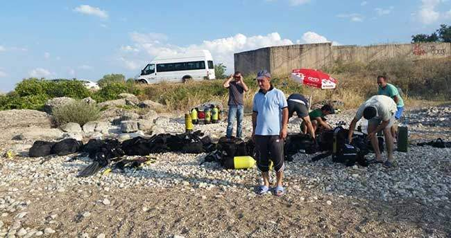 Balık adamlara gölde su altı dalış eğitimi