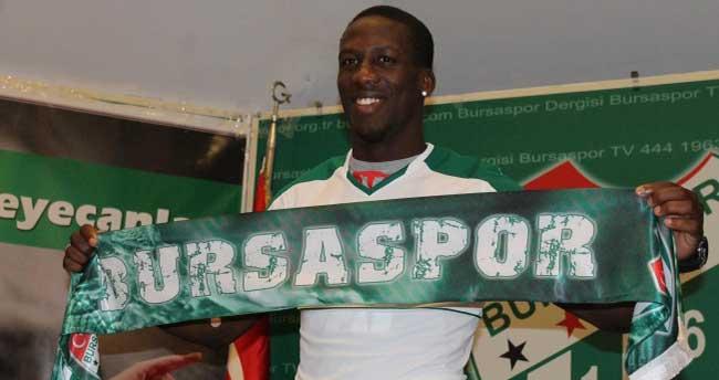 Bursaspor Luis Advıncula'ya imzayı attırdı