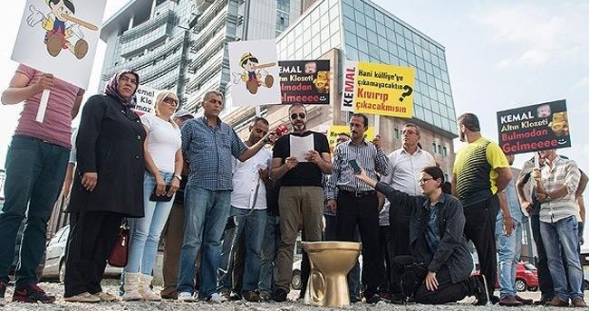 CHP önünde altın renkli klozetli eylem