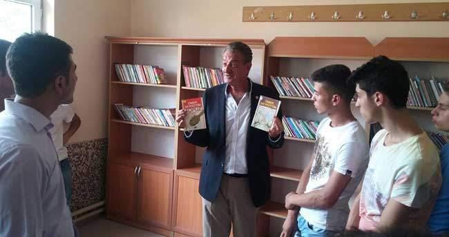 Köy okullarına kitap götürüyorlar