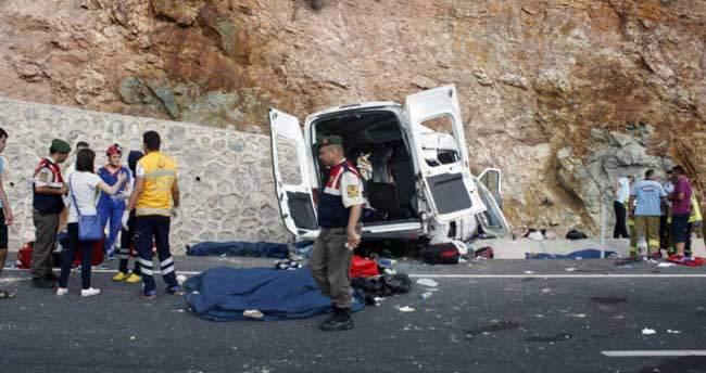Mültecileri taşıyan minibüs kaza yaptı: 9 ölü, 30 yaralı