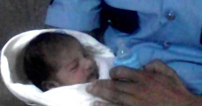1 haftalık bebeğini sokağa terk etti, mazereti ise…