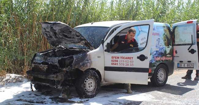 Servis aracı aniden alev alıp yandı