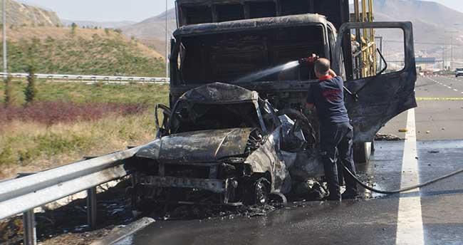 Niğde'de kamyonla çarpışan otomobil yandı: 2 ölü