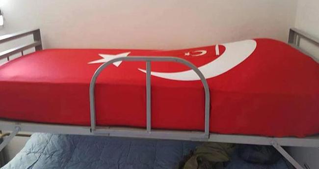 sehitlerin-yatagini-turk-bayragiyla-kapattilar-2