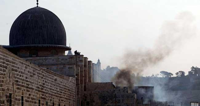 İsrail askerlerinden, Mescid-i Aksa'ya çirkin saldırı