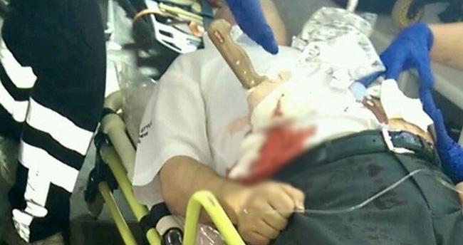 Hastaneye karnındaki bıçakla getirildi