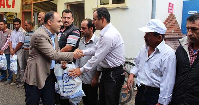 Başkan Özaltun'dan Tatilde Çalışan Personele Hediye Paketi