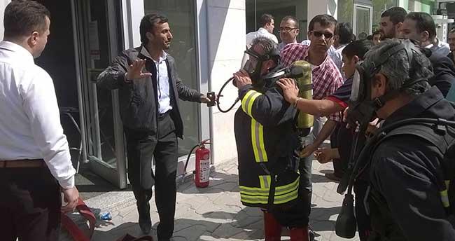 Bankada Çıkan Yangında 3 Kişi Dumandan Zehirlendi