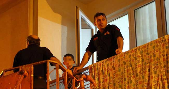 Evde kilitli bırakılan 2 çocuğu itfaiye kurtardı