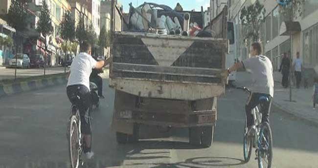 Bisikletli gençlerin trafikte tehlikeli yolculuğu