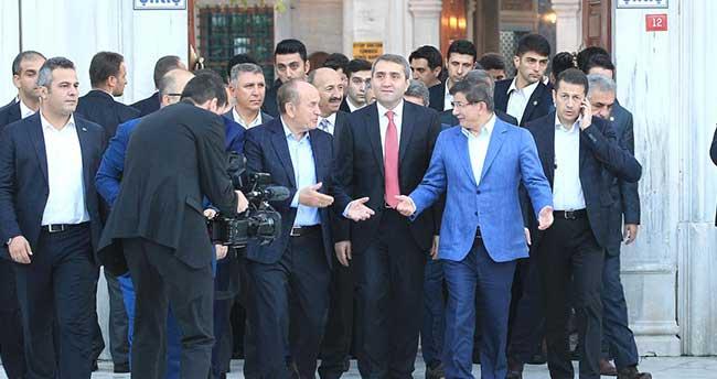 Başbakan Davutoğlu Eyüp Sultan'da sabah namazı kıldı
