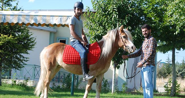 Engeller, at üstünde aşılıyor
