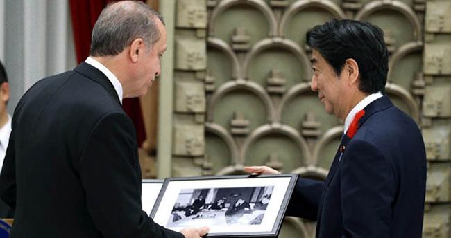 Abe, Erdoğan'a Adnan Menderes'in fotoğrafını hediye etti