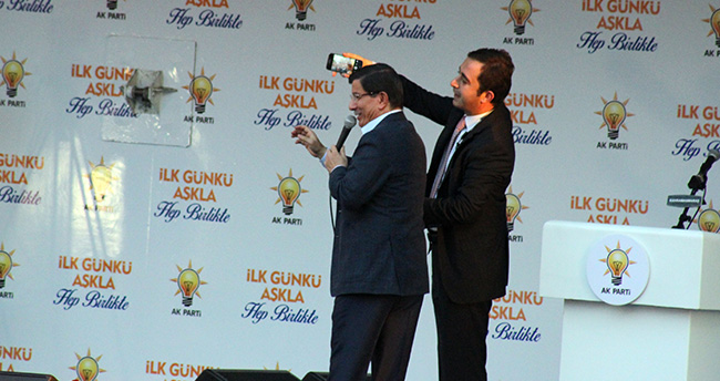 Davutoğlu'ndan mitingde selfie sürprizi