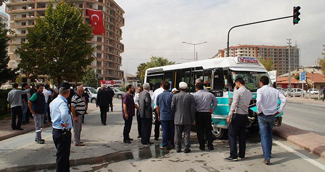 Konya'da Yolcu Minibüsü İle Otomobil Çarpıştı : 1 Yaralı