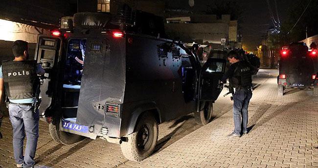Diyarbakır'da bir polis el yapımı patlayıcı atılması sonucu yaralandı