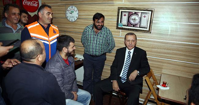 Erdoğan, taksi durağında esnafla çay içip sohbet etti