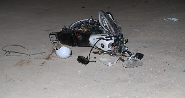 Karaman 'da yarış yapan 2 motosikletli, iş makinesine çarptı