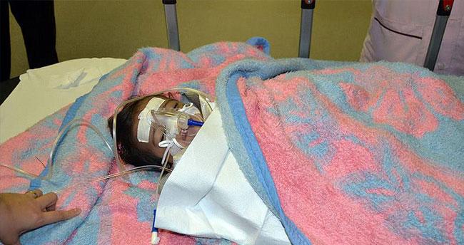 Dalgaların arasında bulunan Suriyeli bebek yaşama tutundu