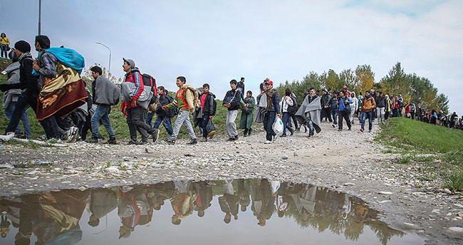 Avrupa'daki sığınmacı krizi futbol maçını erteletti