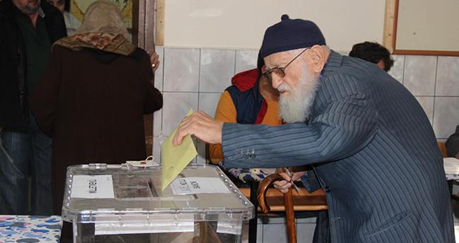 Konya'da Vatandaşlar Oy Kullanmaya Başladı
