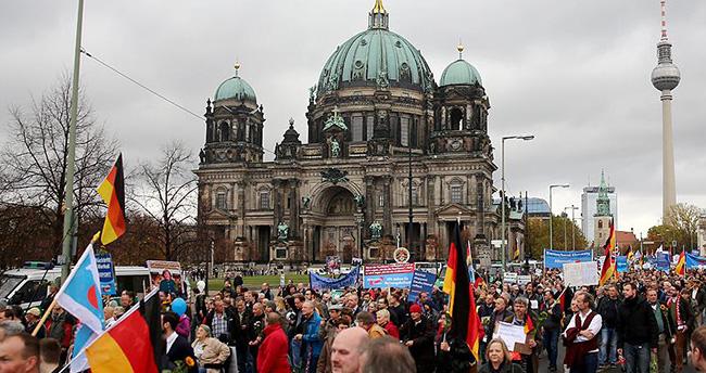 Almanya'da sığınmacı politikasına protesto