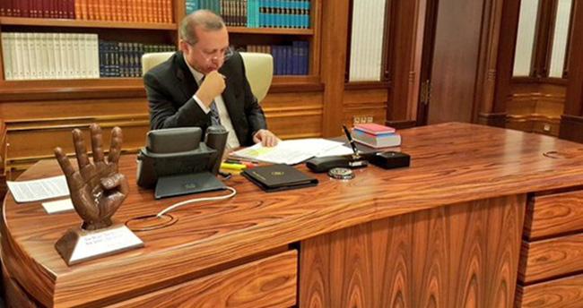 Erdoğan'ın masasında rabia işareti dikkat çekti