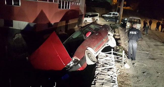 Drift atan otomobil bahçe duvarına çıktı!