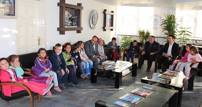 Başkan Özaltun'dan İlkokula Bilgisayar Hediyesi