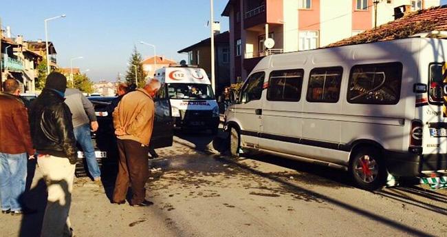 Konya'da öğrenci servisi ile otomobil çarpıştı: 3 yaralı