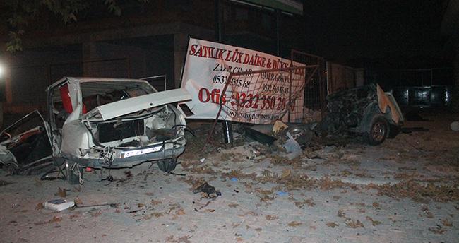Konya'da ağaca çarpan otomobil ikiye ayrıldı