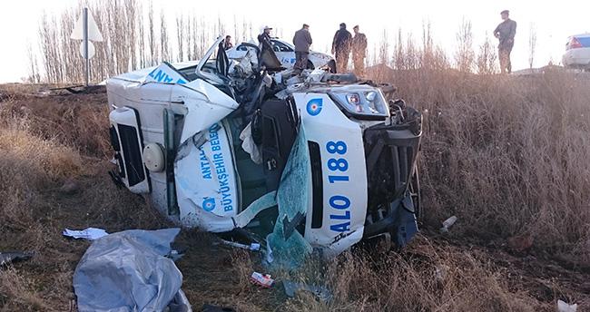 Konya'da cenaze aracı kaza yaptı: 1 ölü, 1 yaralı
